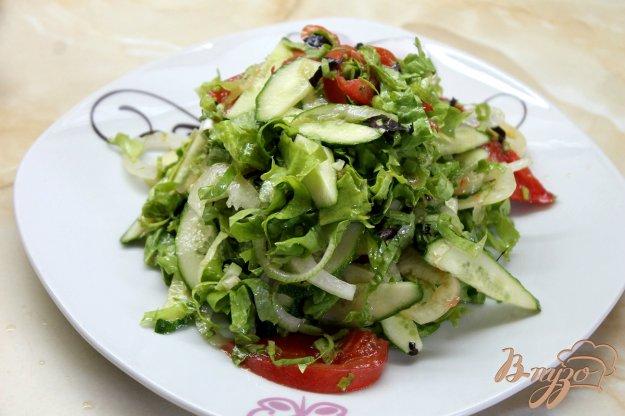 фото рецепта: Летний легкий салат с перцем, помидорами и свежим базиликом