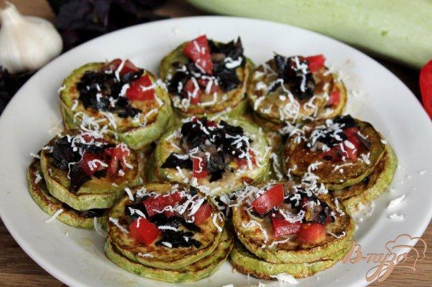 фото рецепта: Кабачок с чесноком, помидором и базиликом
