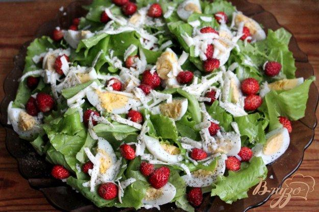 фото рецепта: Зеленый салат с перепелиными яйцами, сыром и земляникой