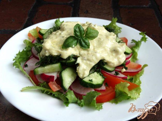 фото рецепта: Овощной салат с заправкой из йогурта и вареного желтка
