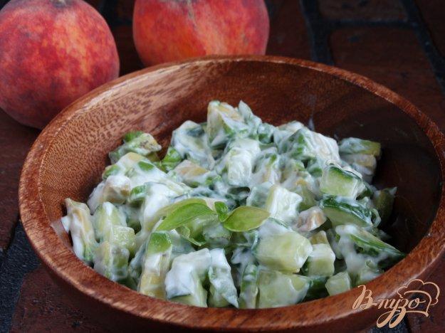 фото рецепта: Пикантный салат из авокадо и огурца