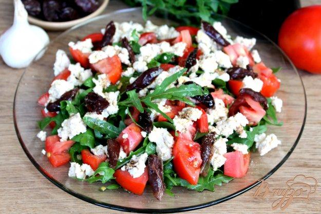фото рецепта: Салат с помидорами, чесночным творогом и оливками