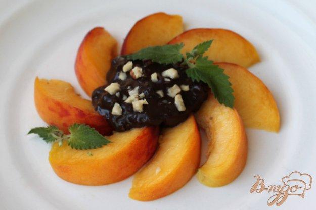 фото рецепта: Персик с шоколадом и орехами