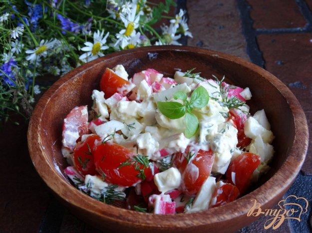 фото рецепта: Салат с черри и крабовыми палочками