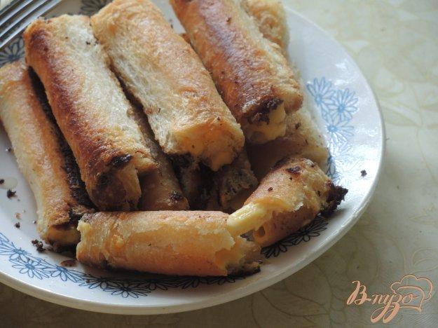 фото рецепта: Рулетики из сыра и хлеба