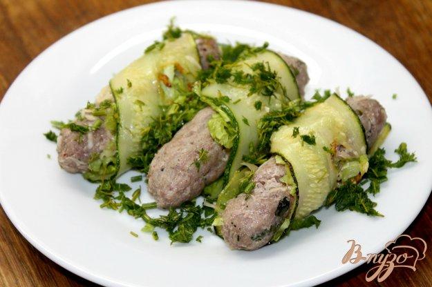 фото рецепта: Свиные колбаски завернутые в кабачок