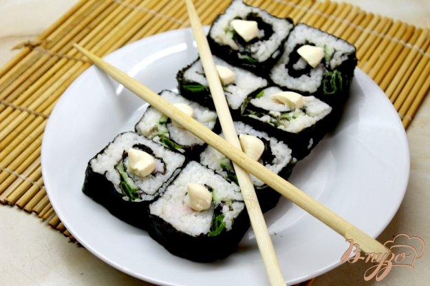 фото рецепта: Суши с копченым балыком, огурцом и салатом
