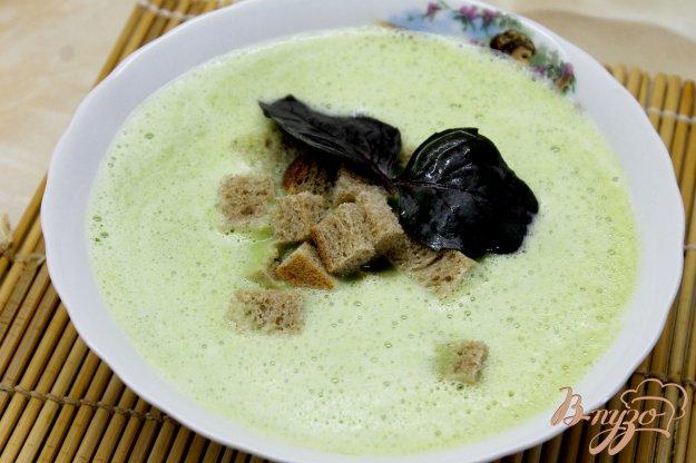 фото рецепта: Сливочный суп - пюре из зеленого горошка и кабачка с сухариками