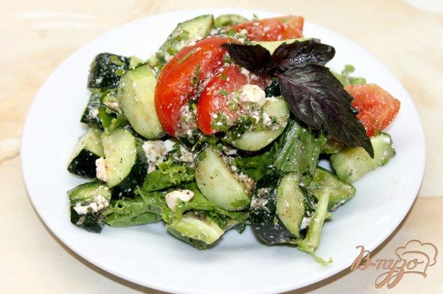 фото рецепта: Салат из свежих овощей с фетой и соусом песто
