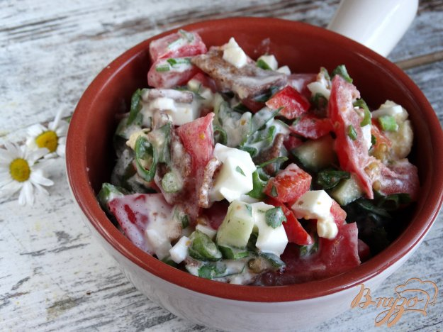 фото рецепта: Салат с болгарским перцем, яйцом, гренками