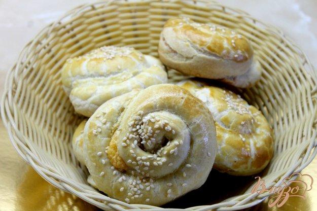 фото рецепта: Улитки из слоеного теста с твердым сыром и кунжутом