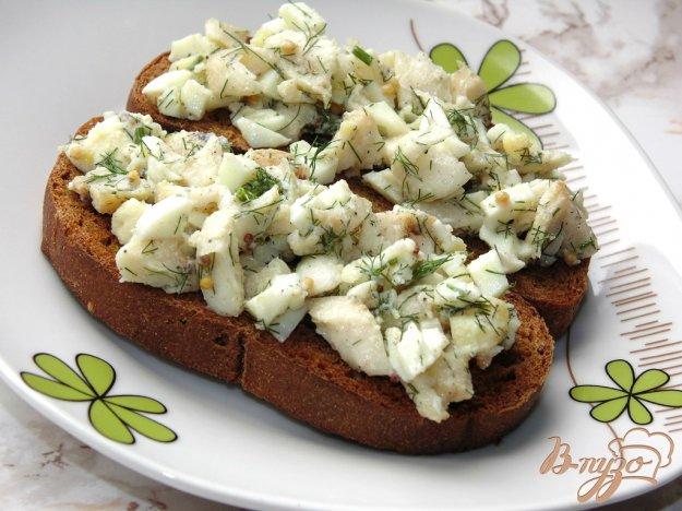 фото рецепта: Тосты с отварной рыбой и яйцом