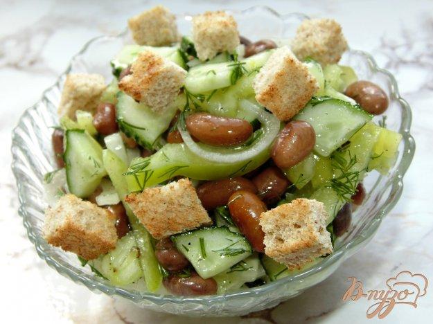 фото рецепта: Овощной салат с фасолью и сухариками