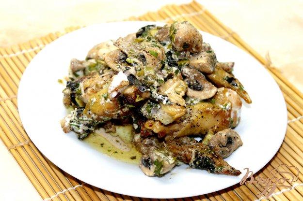 фото рецепта: Куриные крылья в сметанном соусе с грибами