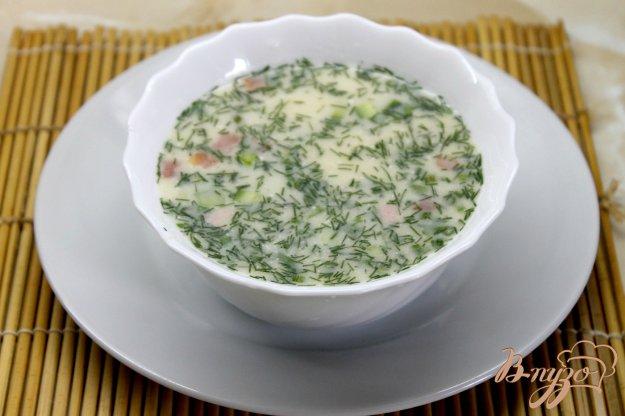 фото рецепта: Окрошка из куриной колбасой и помидорами на сметане и кефире