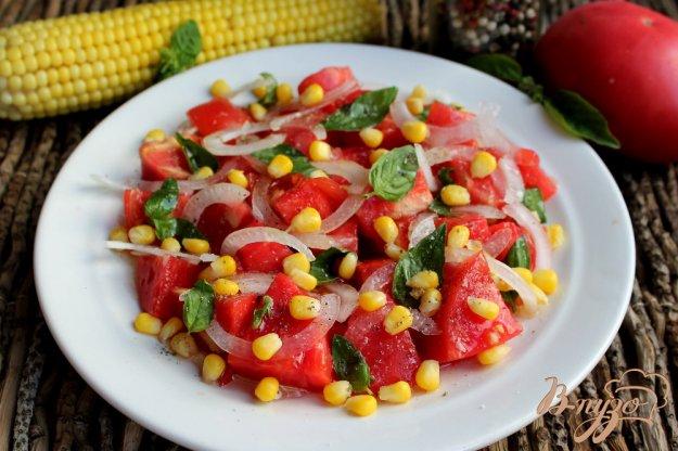 фото рецепта: Салат из розовых помидор с луком и кукурузой