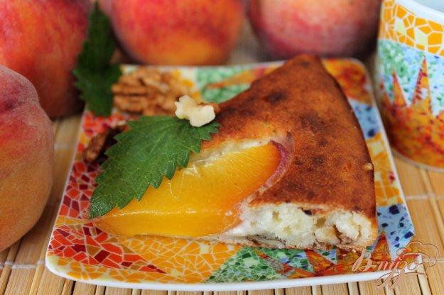 фото рецепта: Творожная запеканка с грецким орехом и персиком