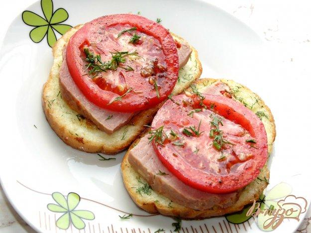 фото рецепта: Яичные гренки с помидором и бужениной