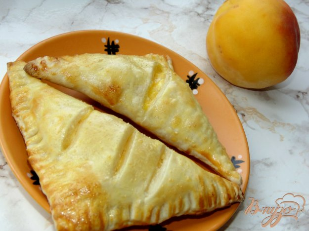 фото рецепта: Слойки с творогом и свежим персиком