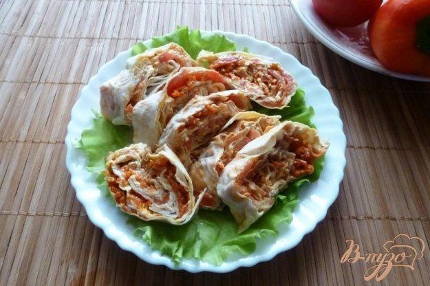 фото рецепта: Рулет из лаваша с помидором и корейской морковью