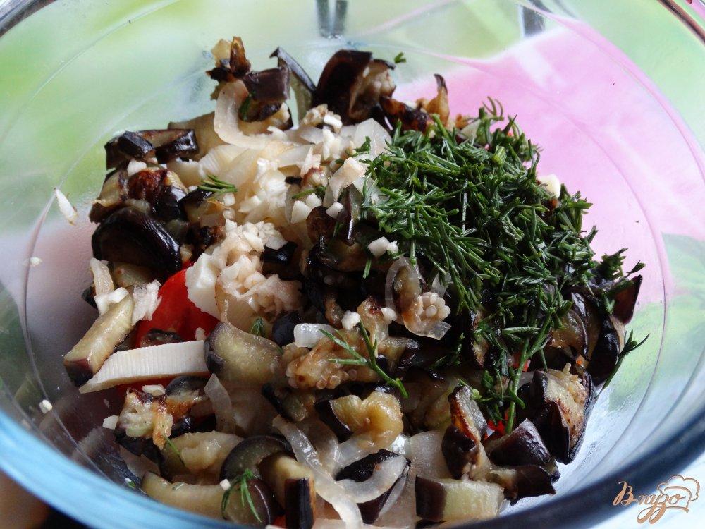 Фото приготовление рецепта: Теплый салат с баклажанами и адыгейским сыром шаг №5