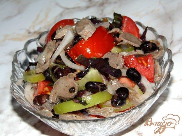фото рецепта: Овощной салат с черной фасолью и куриными желудками