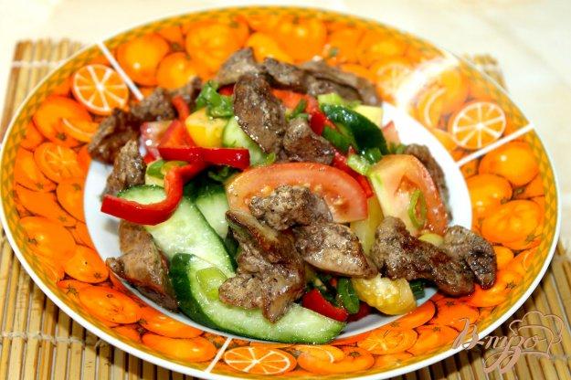 фото рецепта: Овощной салат с куриной печенью