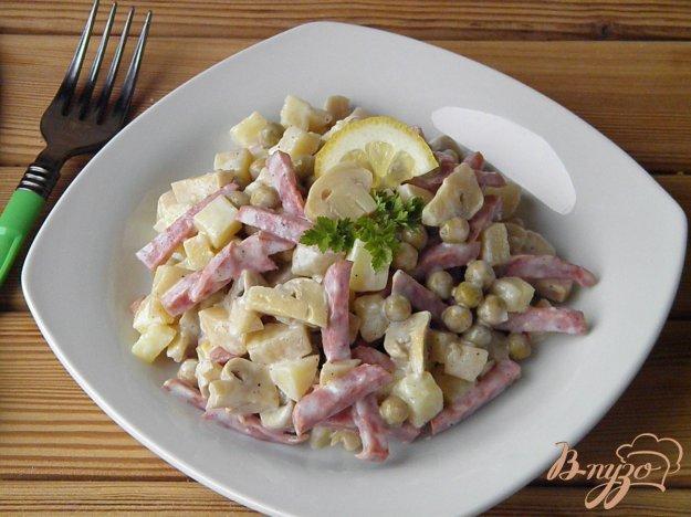 Салат гранатовый с копченой колбасой