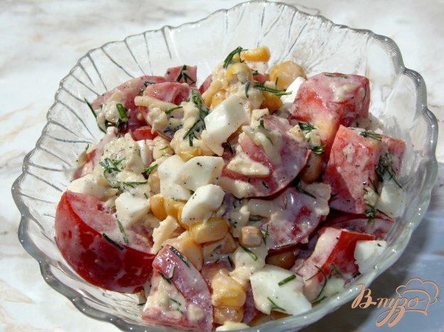 фото рецепта: Салат из помидоров с твердым сыром и кукурузой