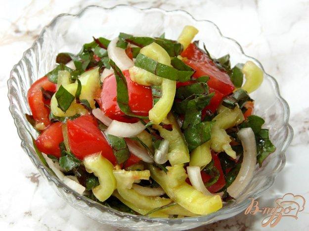 фото рецепта: Салат из помидоров со сладким перцем и мангольдом