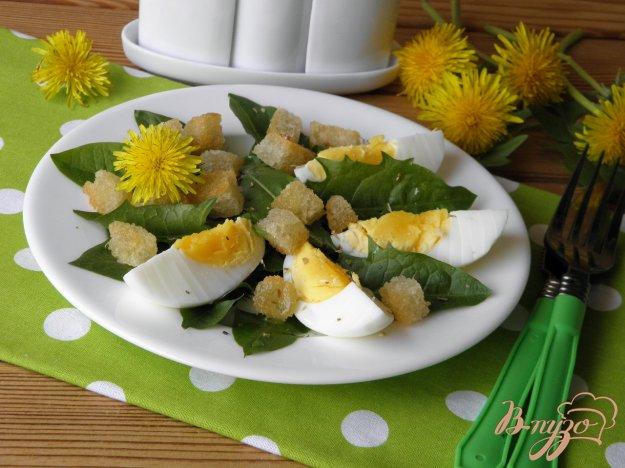 фото рецепта: Салат из одуванчика с гренками и яйцом