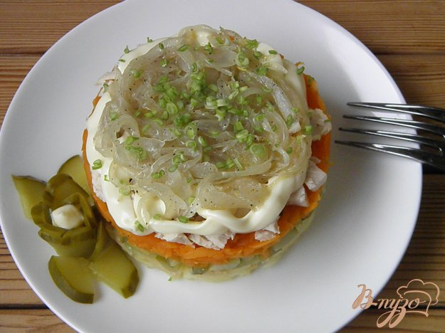 Салат с курицей и жареным луком с морковью и луком