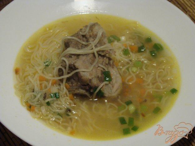 фото рецепта: Суп с яичной лапшой и мясными косточками