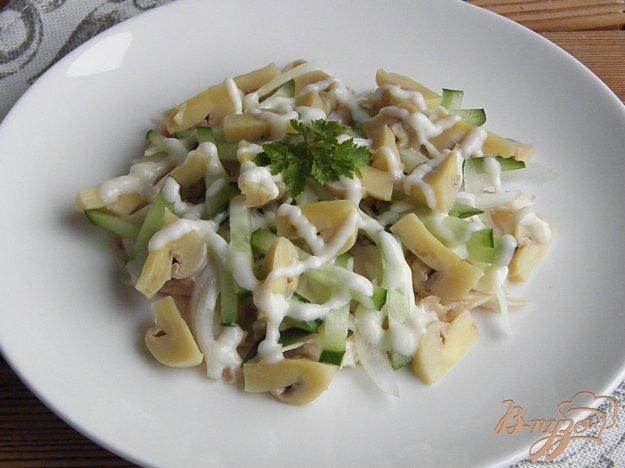фото рецепта: Салат с отварной курицей и шампиньонами