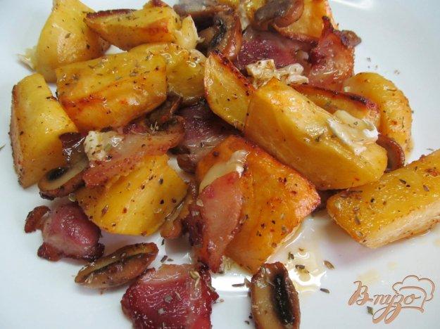 фото рецепта: Печенный картофель с шампиньоном и сыром бри