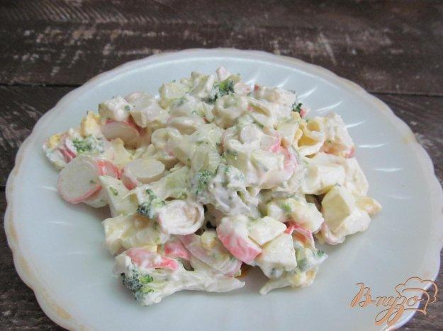фото рецепта: Салат из крабовых палочек и брокколи