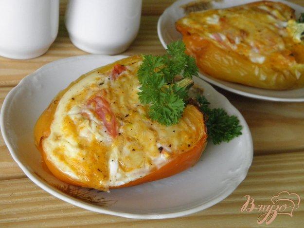 фото рецепта: Яйцо с сыром и помидором в перце