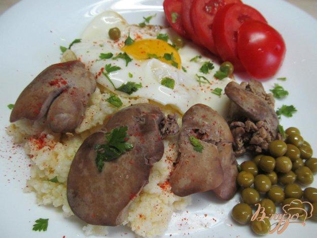 фото рецепта: Сытный завтрак из каши с печенью и яйцом