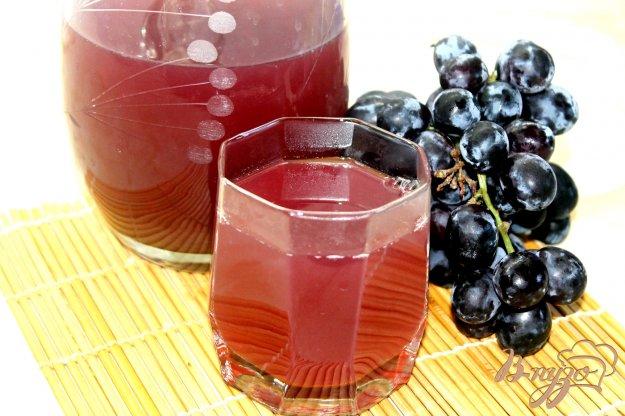 фото рецепта: Компот из винограда с базиликом и мятой