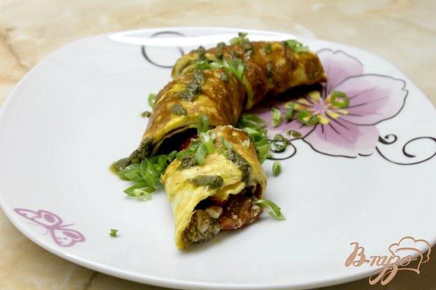 фото рецепта: Фаршированный омлет помидорами и фетой