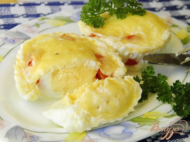 фото рецепта: Яйца на пару с помидорами черри и сыром
