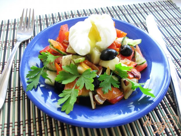 фото рецепта: Овощной салат с  моцареллой и  яйцом пашот