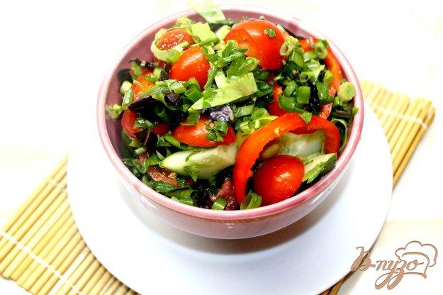 фото рецепта: Салат с зеленью, овощами и оливками