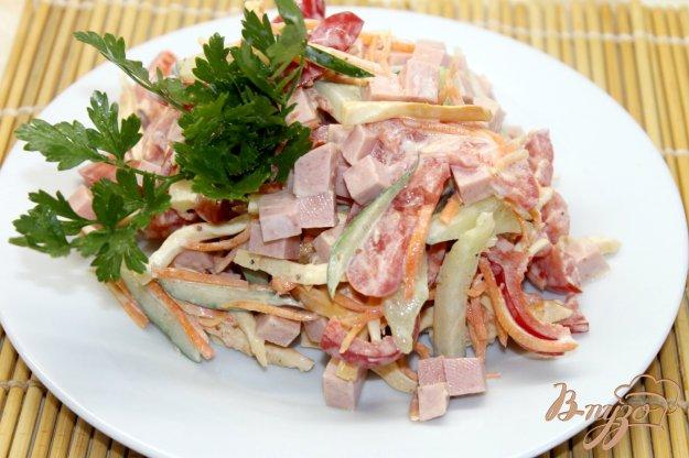 фото рецепта: Салат с колбасой, овощами и корейской морковью