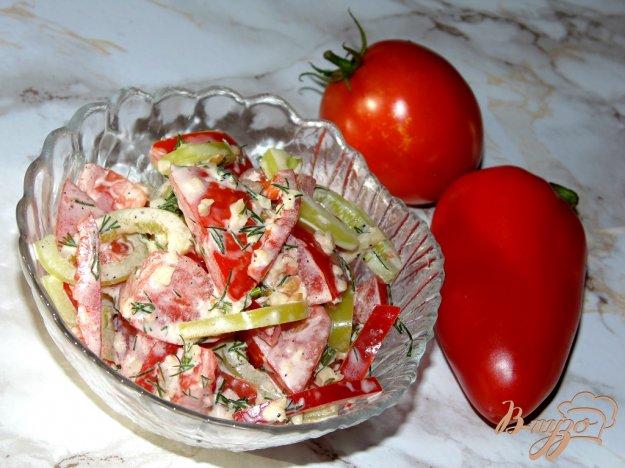 фото рецепта: Острый салат из помидоров с твердым сыром