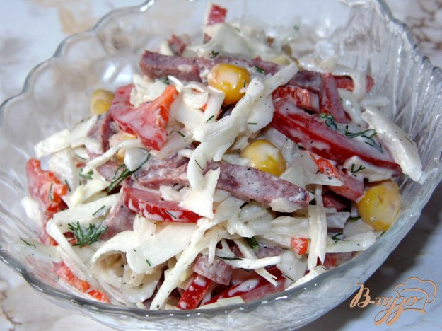 фото рецепта: Капустный салат с копченой колбасой и сладким перцем