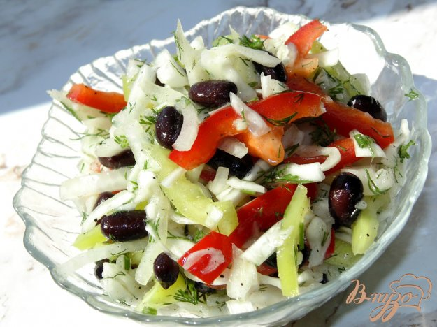 фото рецепта: Капустный салат с черной фасолью и сладким перцем