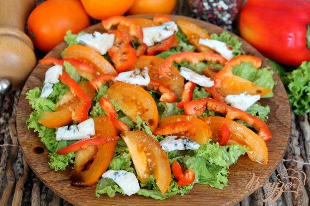 фото рецепта: Салат из помидор и перца с сыром Горгонзола