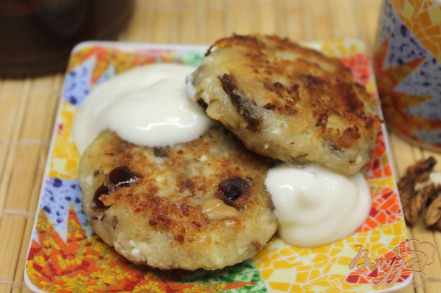 фото рецепта: Сырники с финиками и орехами.