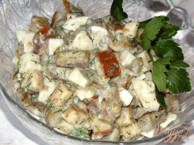 фото рецепта: Салат из баклажана с копченым сыром и яйцом